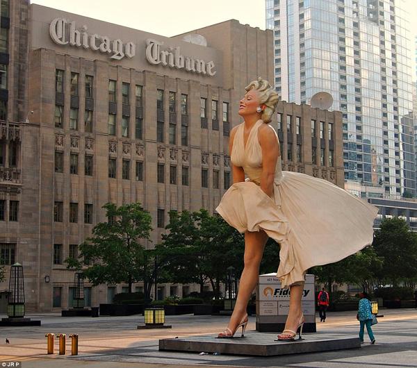 Tác phẩm điêu khắc Forever Marilyn, do nghệ sĩ Mỹ Seward Johnson tạo nên, được đặt ở Chicago. Ảnh: