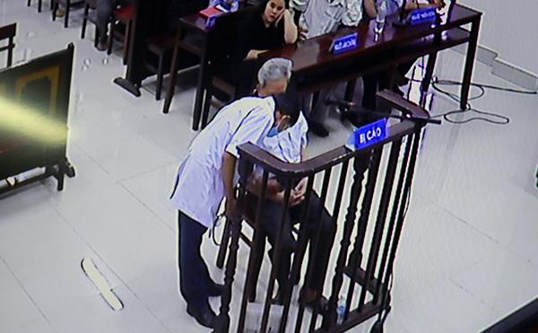 Bị cáo cần sự trợ giúp của bác sỹ vào cuối phiên tòa. Ảnh: Nguyễn Khoa.