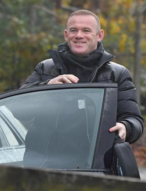 Rooney tiếp tục thực hiện án phạt 100 giờ lao động công ích song song với tập luyện và thi đấu cho Everton