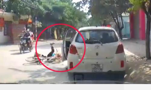 Tài xế mở cửa ôtô gây tai nạn cho bé gái, rồi đứng nhìn và bỏ đi