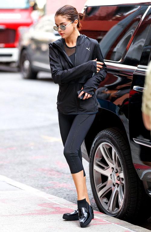Học cách mix một đôi giày với 7 set đồ giống Selena Gomez