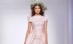 Phạm Hương xuất hiện như nữ thần trên sàn thời trang Dubai