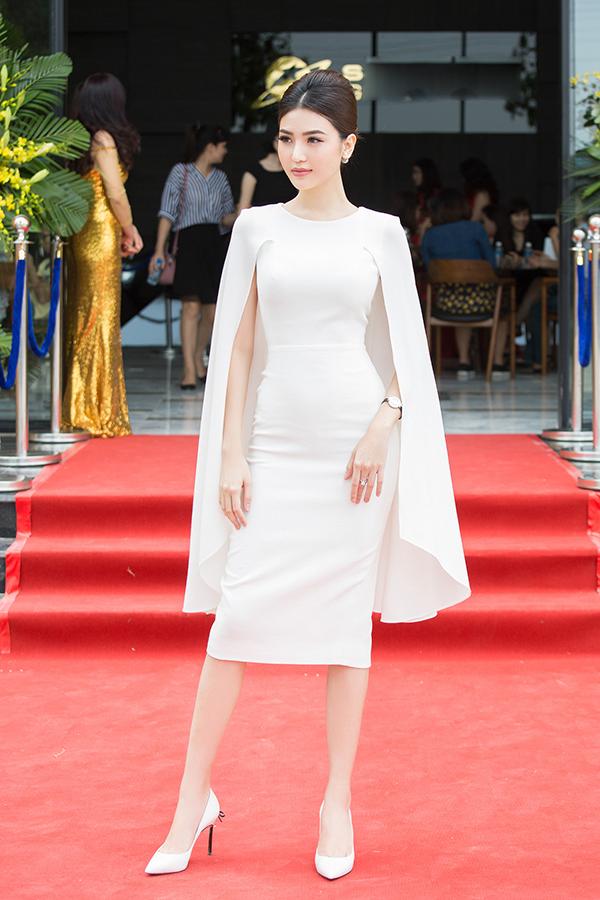 Phong cách trang điểm tôn nét quý phái được lựa chọn cho Ngọc Duyên để cô trở nên ấn tượng hơn khi góp mặt trong sự kiện quy tụ các doanh nhân và nhà đầu tư có tiếng tại Hà Nội.