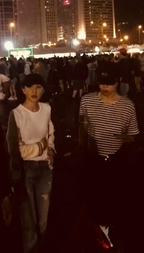 Châu Tấn và Đậu Tĩnh Đồng đội mũ đen, trang phục đơn giản khi đi nghe nhạc/