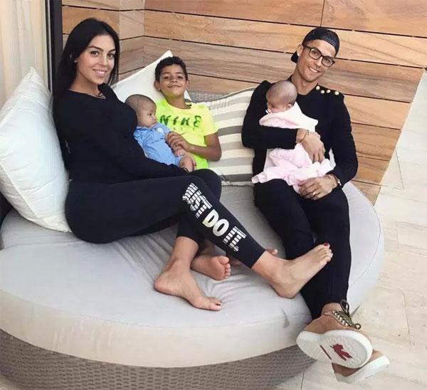Bạn gái Georgina Rodriguez vừa sinh con gái đầu lòng cho C. Ronaldo và cũng là đứa con thứ 4 của anh.