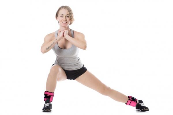 Đứng thẳng, hai chân rộng bằng một vai, hai tay nắm lại để trước ngực. Lần lượt hạ trọng tâm, bước dài chân sang từng bên. Lặp lại động tác 30 lần mỗi bên.