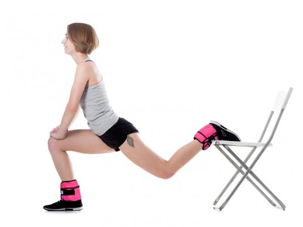 Một chân gác lên ghế, chân trước thẳng, từ từ hạ thấp trọng tâm xuống, tay đặt lên đùi. Lặp lại 30 lần mỗi chân.