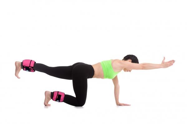 Vẫn giữ tư thế chuẩn bị như động tác trước, lần lượt duỗi thẳng chân về phía sau, tay