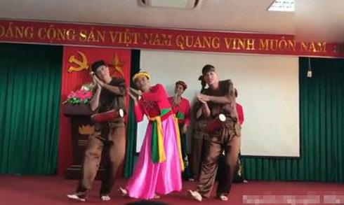Các thầy giáo giả gái, mặc áo tứ thân hát múa 'Trống cơm'