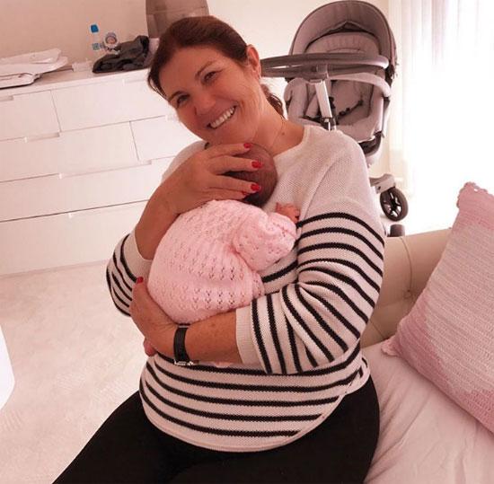 Bà Dolores ôm cháu nội mới sinh, bé Alana