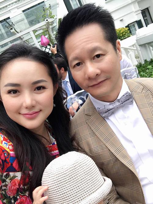 Phan Như Thảo và ông xã sánh đôi đi dự sự kiện. Hai người được khen ngày càng có tướng phu thê.