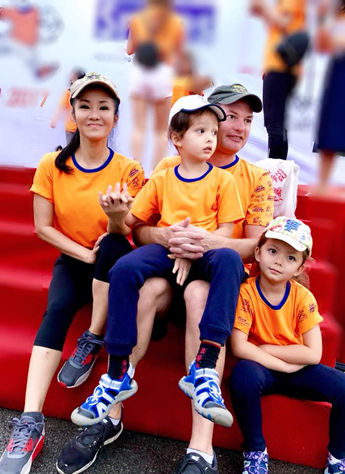 Vợ chồng Hồng Nhung đưa hai con đi tham gia một sự kiện ngoài trời.