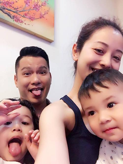 Jennifer Phạm và ông xã cũng gác lại lịch làm việc bận rộn để ở nhà chơi với hai con ngày Chủ nhật.