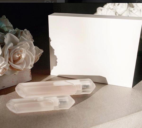 Chai nước hoa có thiết kế góc cạnh như viên kim cương giúp Kim Kardashian bỏ túi 10 triệu đô trong ngày mở bán đầu tiên.