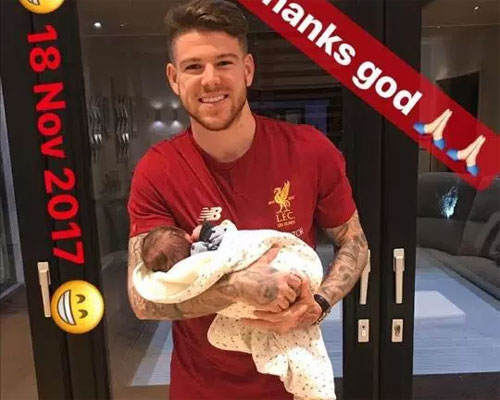Moreno bế con trai mới sinh một ngày sau khi bé chào đời.