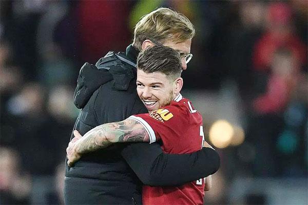 HLV Jurgen Klopp chúc mừng Moreno lên chức bố sau trận thắng Southampton hôm 18/11.