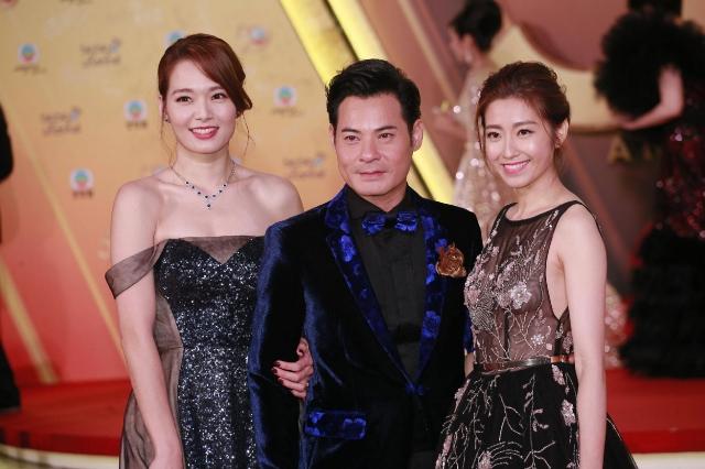 Trần Tự Dao (ngoài cùng bên phải) không đi cùng ông xã mà sánh vai với đồng nghiệp.