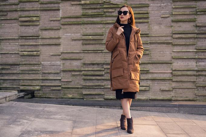 Áo khoác dài thân tone màu nâu đồng sang trọng, ấm áp phù hợp với tiết trời thu đông.