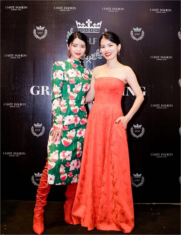 Nhung Kiko - Giám đốc nghệ thuật của tạp chí Style - chụp hình kỷ niệm cùng đại diện thương hiệu, bà Tuyết Anh.