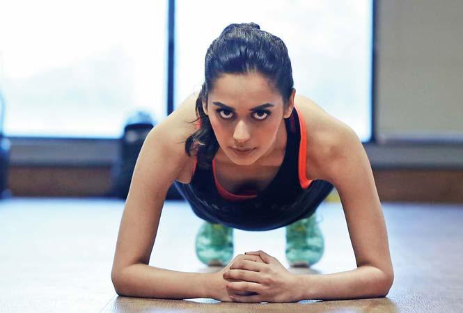 Chuyên gia thể hình yêu cầu cô tập yoga, squat và nhảy dây trong thời gian nghỉ.