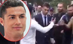 Dàn vệ sĩ phải động thủ khi C. Ronaldo bị fan cuồng áp sát
