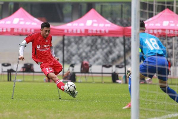 Video ghi lại khoảnh khắc cầu thủ 21 tuổi với sự trợ giúp của đôi nạng, dùng đôi chân lành lặn đá bóng làm tung lưới đối phương gây sốt tại Trung Quốc nhiều ngày qua.