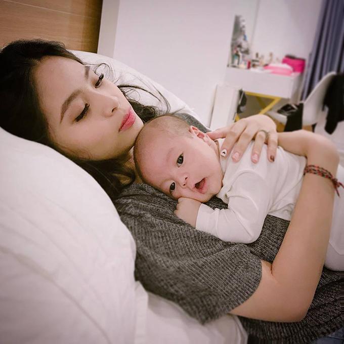 Ca nương Kiều Anh lần đầu tiên khoe hình con trai mới sinh.