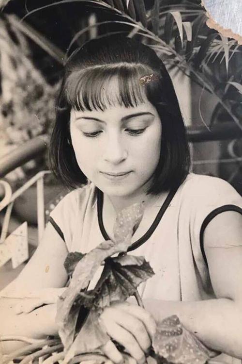 Phi Nhung mới tìm lại được bức hình thời thiếu nữ. Cô đố vui độc giả, đoán xem khi đó cô bao nhiêu tuổi.