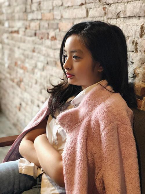 Bé Bông - con gái cựu người mẫu Thuý Hằng - toát lên thần thái