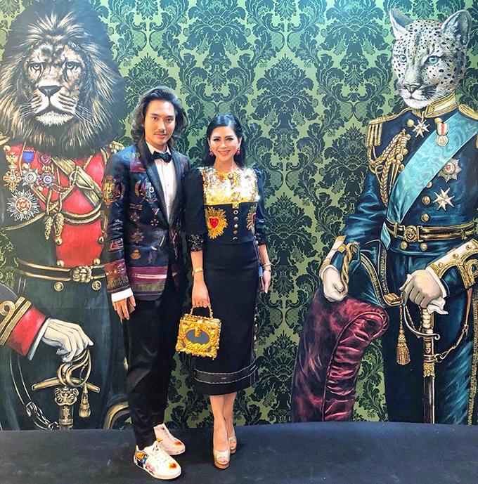 Nhà thiết kế Lý Quí Khánh và doanh nhân Thuỷ Tiên - mẹ chồng Hà Tăng - sánh đôi dự tiệc của một thương hiệu thời trang nổi tiếng.