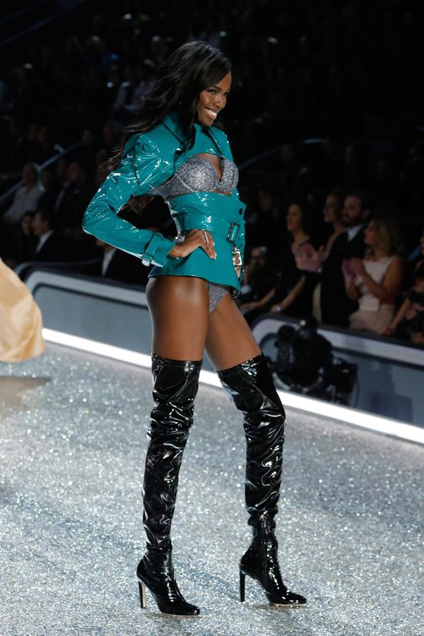 Lê Thanh Hòa thiết kế trang phục cho người mẫu Victoria's Secret