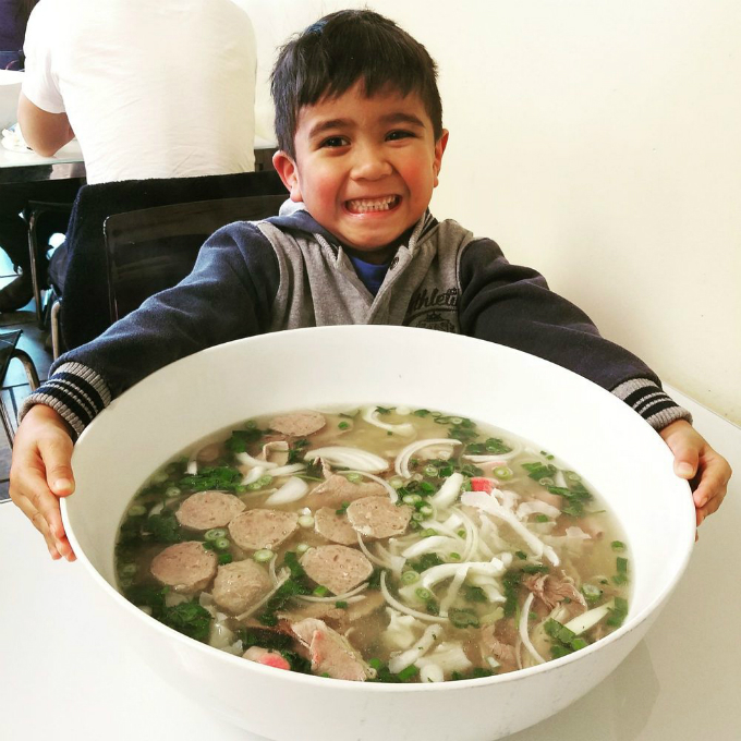 Quán phở mang tên Dong Thap Noodles tại Seattle (Mỹ) từng làm mưa làm gió trên các trang mạng xã hội ở vì tô phở Thạch Sanh với kích thước khổng lồ. Phở là một trong số các món ăn đặc trưng của ẩm thực Việt được cộng đồng mê ăn uống ở Mỹ nhiệt tình đón nhận.