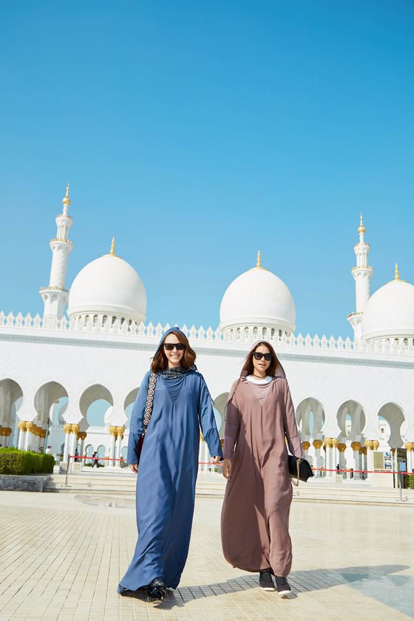 Tranh thủ những phút nghỉ ngơi, Minh Hằng cũng đã dạo quanh Dubai, thăm thú những địa điểm nổi tiếng của thành phố này. Đây là lần đầu đến với một đất nước Trung Đông nên Minh Hằng hoàn toàn bỡ ngỡ và cảm thấy nhiều thứ lạ lẫm.