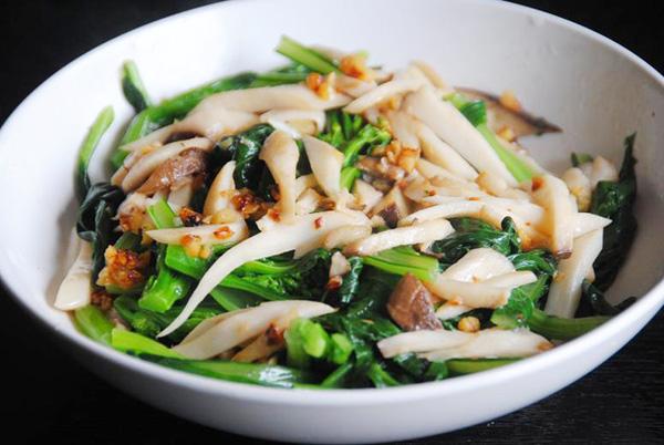 Nấm cũng là một thực phẩm low carb tốt cho sức khỏe. 250 g nấm chỉ chứa 5 g carb. Bạn có thể xào cùng rau