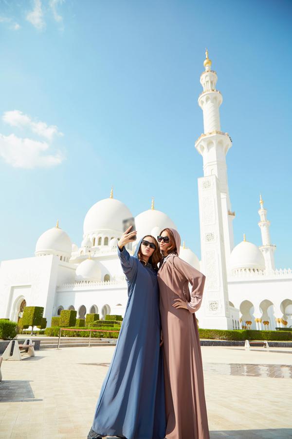 Có những điều chúng ta luôn thấy rất bình thường ở Việt Nam hay ở đa số các quốc gia khác, thế nhưng ở UAE đó là những điều họ cấm. Dù có biết trước nhưng cũng gây ra khá nhiều lúng túng cho Hằng và các thành viên trong đoàn. Tuy nhiên nhập gia tuỳ tục, Hằng và Phạm Hương đã có những giờ phút thật sự thoải mái ở Dubai., Minh Hằng hào hứng chia sẻ. Nữ ca sĩ - diễn viên đã cùng với hoa hậu quốc dân Phạm Hương toả sáng rực rỡ trong tiết trời chói chang của Dubai.