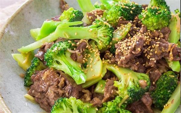 Bông cải xanh thường được sử dụng để ăn thay thế cơm. 250 g bông cải xanh cũng chỉ chứa 5 g carb, xào cùng thịt bò