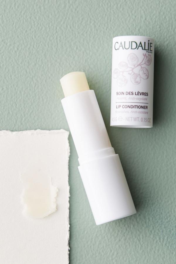 Caudalie Lip Conditioner Lip Conditioner là dòng son của hãng dược mỹ phẩm Caudalie với thành phần chứa đến 99,5% là nguyên liệu thiên nhiên an toàn, lành tính.