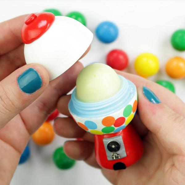EOS Lip Blam Thỏi son trứng EOS quen thuộc với nhiều chị em nhờ bao bì dễ thương.