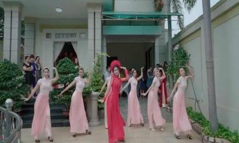 Cô dâu cùng dàn bê tráp nhảy sung theo nhạc phim 'Cô Ba Sài Gòn'