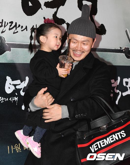 song-seung-hun-vui-ve-di-xem-phim-giua-tin-don-tinh-cam-voi-diec-phi-tan-vo-11