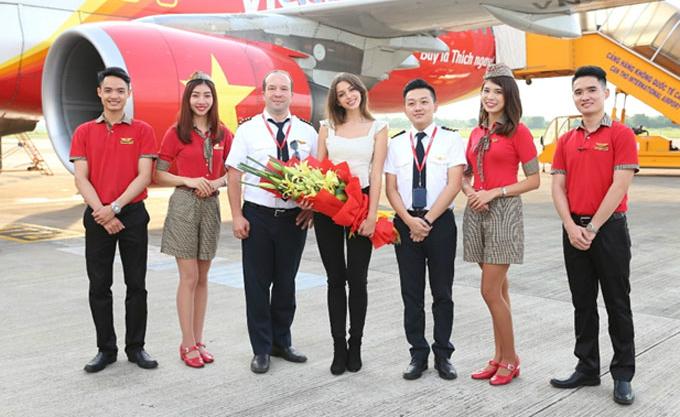 Ngay khi đáp xuống sân bay, cô cho biết mặc dù tới Việt Nam lần thứ hai nhưng vẫn cảm thấy rất hồi hộp.