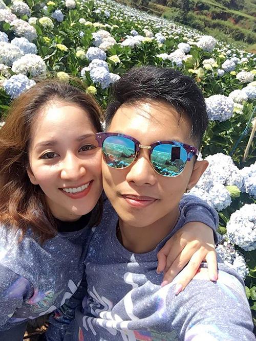 Vợ chồng Khánh Thi - Phan Hiển hạnh phúc dắt tay nhau đến cánh đồng cẩm tú cầu nổi tiếng ở Đà Lạt.