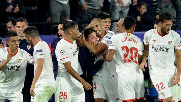 Các cầu thủ Sevilla ôm lấy HLV