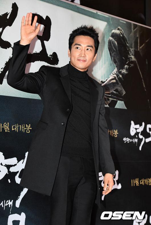 song-seung-hun-vui-ve-di-xem-phim-giua-tin-don-tinh-cam-voi-diec-phi-tan-vo-1