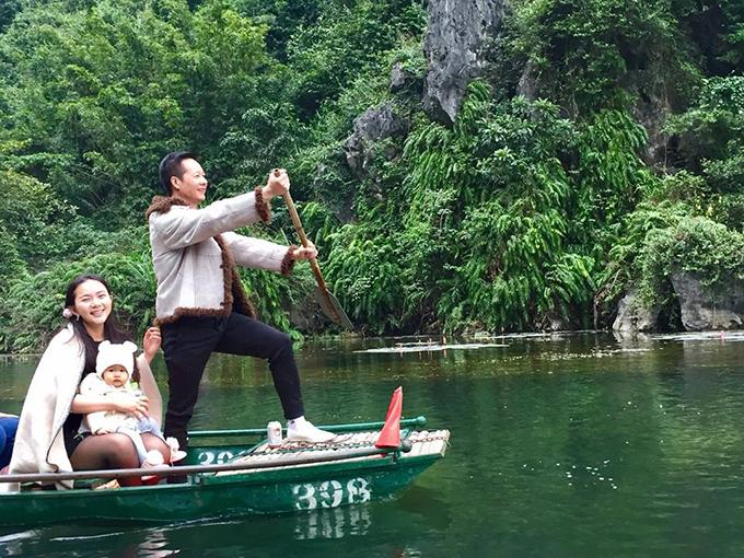 Hai mẹ con Phan Như Thảo ngồi trên thuyền do ông xã Đức An chèo lái