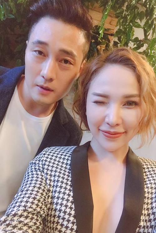 Quỳnh Thư mặc áo xẻ ngực táo bạo, chụp ảnh selfie cùng tài tử điển trai So Ji Sub.