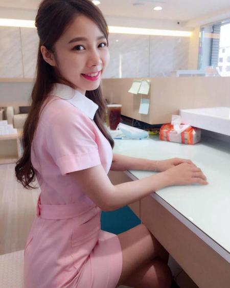 Theo The Sun, Ning bắt đầu làm việc cho một cơ sở trong chuỗi phòng khám nha khoa Dr Min ở thành phố Đài Chung từ đầu năm. Kể từ đó, rất nhiều khách hàng nam giả vờ kêu đau răng tới khám, nhưng thực chất là tận mắt nhìn thấy cô gái trẻ.