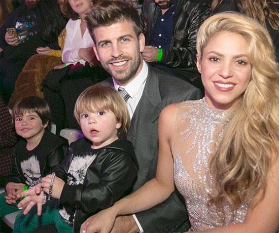Pique và Shakira bên hai con trai