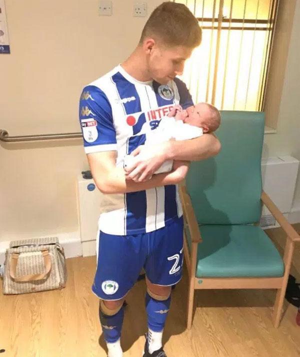 Hai giờ sau khi ghi bàn, Ryan Colcough có mặt tại bệnh viện đón con trai thứ hai.