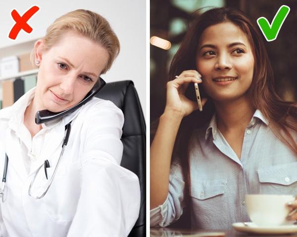 Hành động kẹp điện thoại vào cổ sẽ hình thành nếp nhăn vùng má và cằm. Nên dùng tay giữ điện thoại.